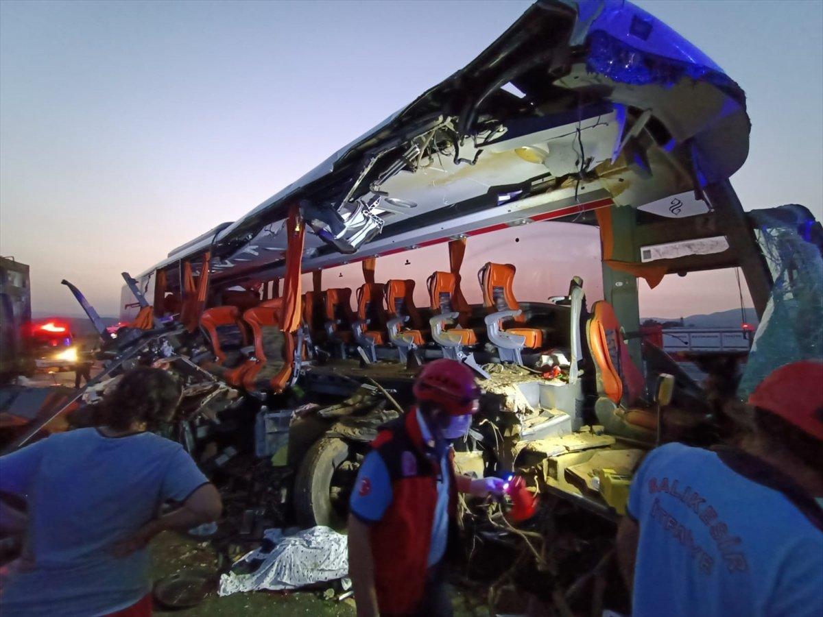 Manisa da feci kaza: Çok sayıda ölü var #4