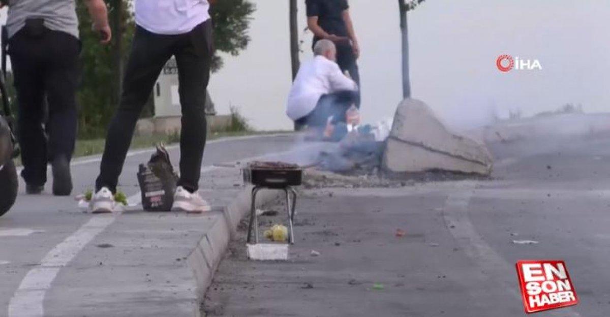 İstanbul da yol kenarında mangal yapıldı #1