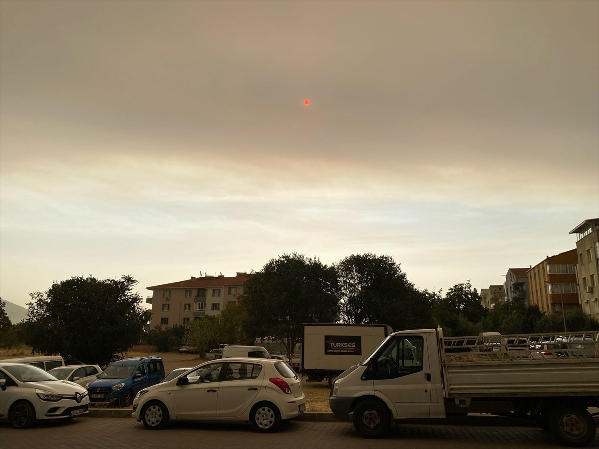 Bölgedeki yangınlar, İzmir den Çanakkale ye kadar gökyüzü rengini değiştirdi #2