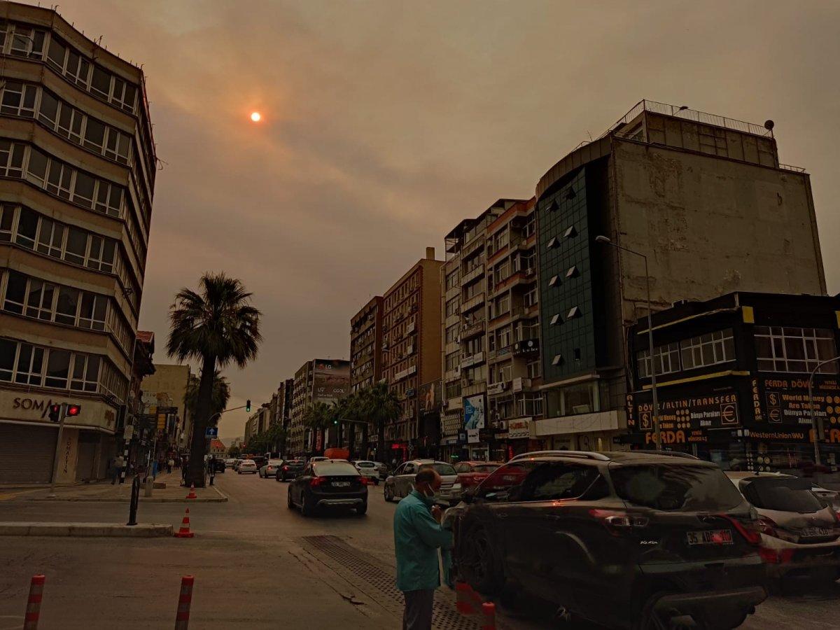Bölgedeki yangınlar, İzmir den Çanakkale ye kadar gökyüzü rengini değiştirdi #6
