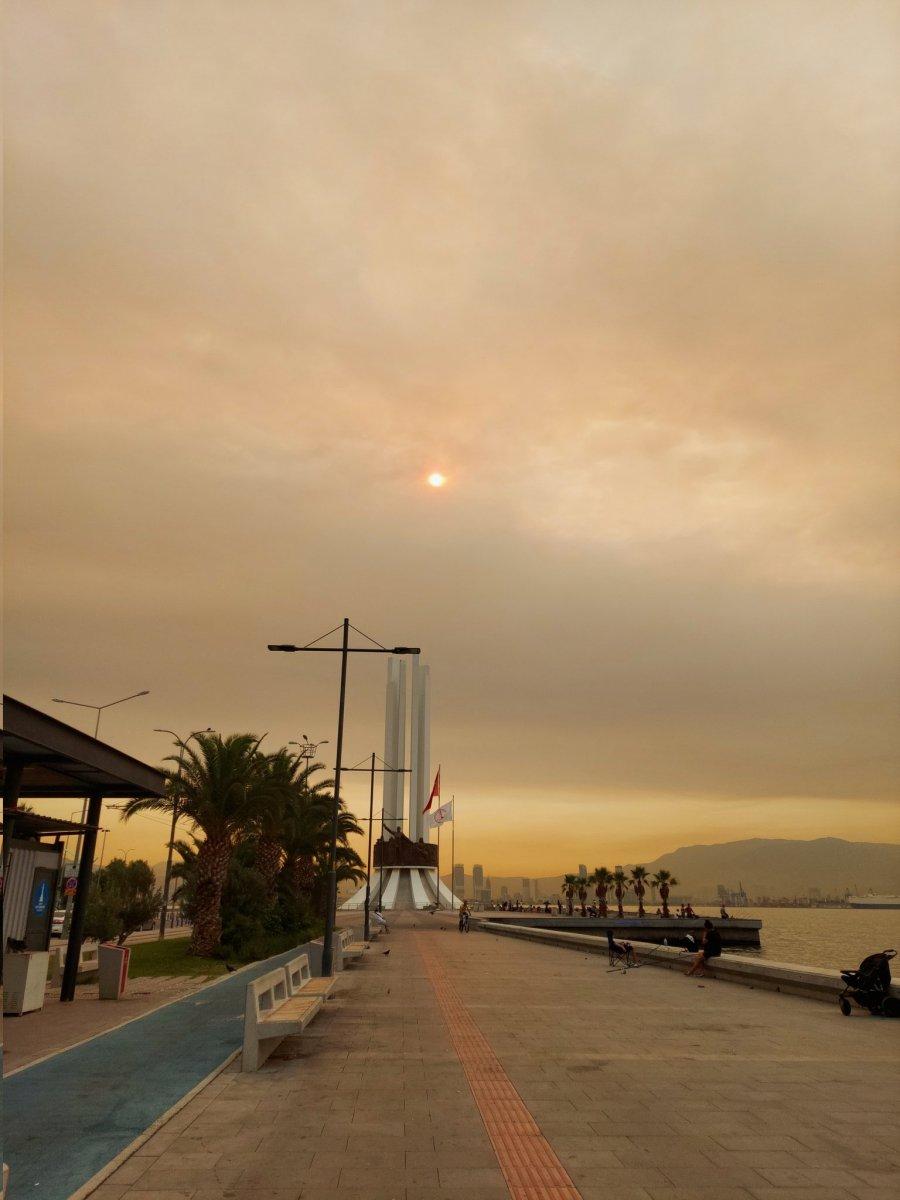 Bölgedeki yangınlar, İzmir den Çanakkale ye kadar gökyüzü rengini değiştirdi #4