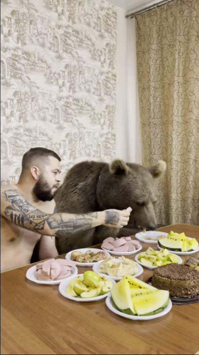 Rusya da ayısıyla birlikte yemek yiyerek, çizgi film izledi #1