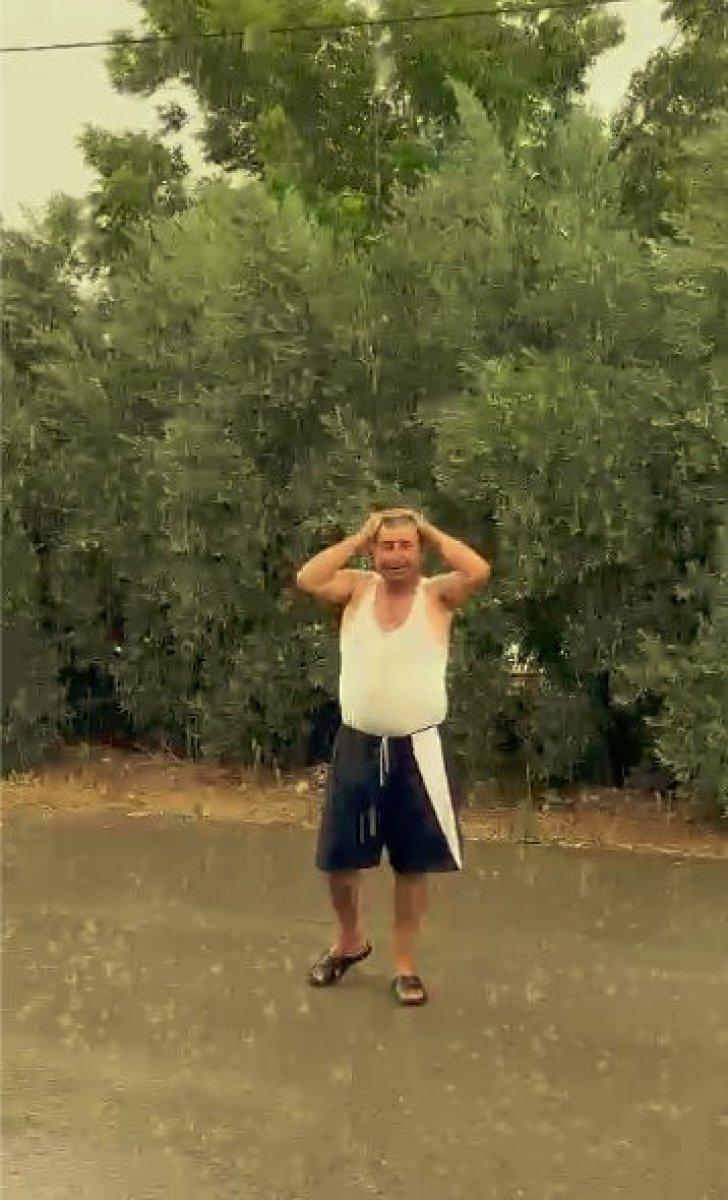Antalya da yağmuru gören çiftçi kendini yola attı #1