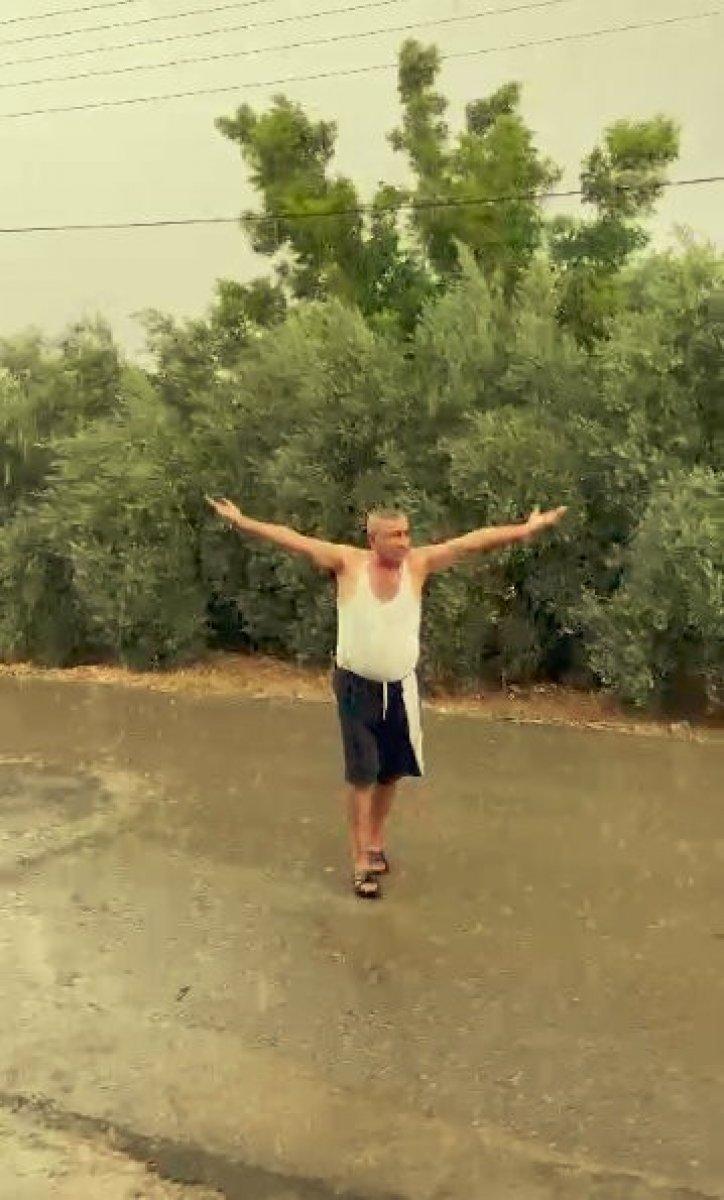 Antalya da yağmuru gören çiftçi kendini yola attı #2
