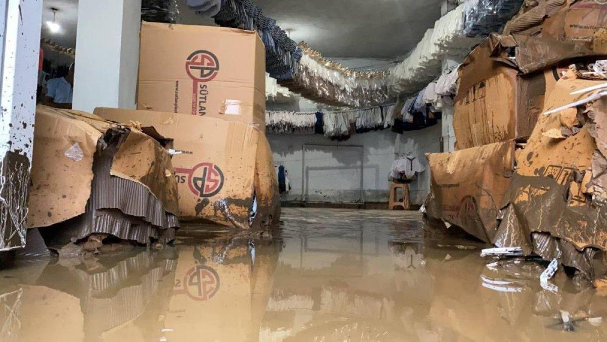 Bursa da sağanak yağış etkili oldu: Ev ve iş yerlerini su bastı  #1