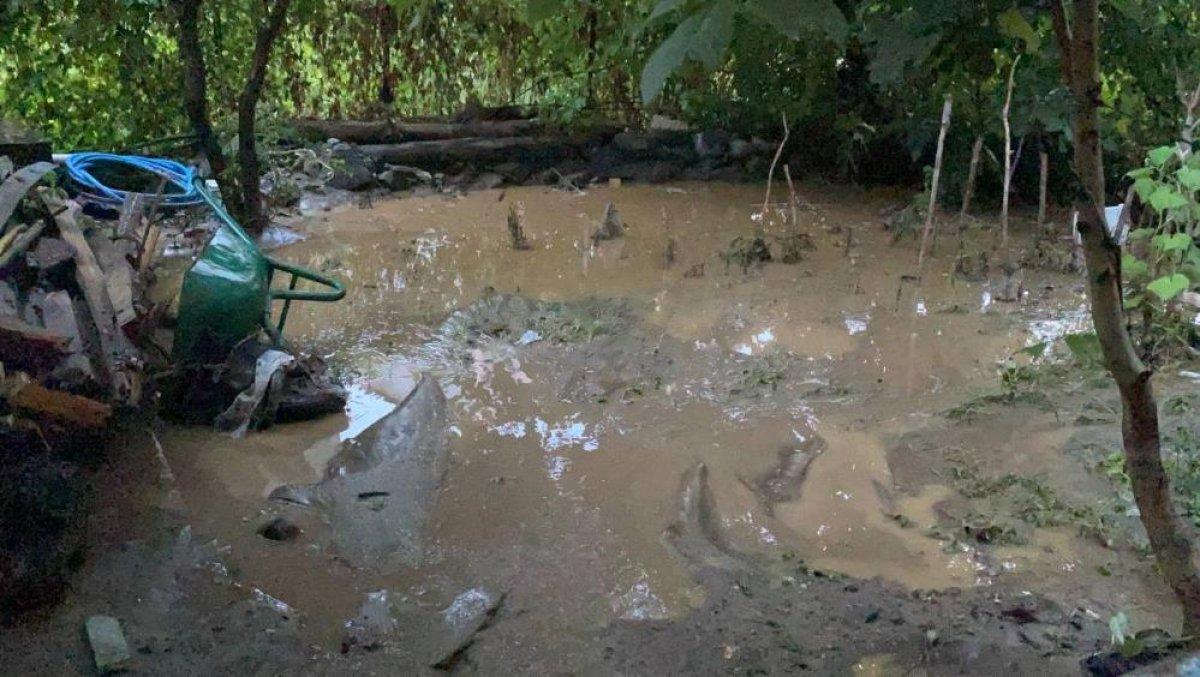 Bursa da sağanak yağış etkili oldu: Ev ve iş yerlerini su bastı  #10