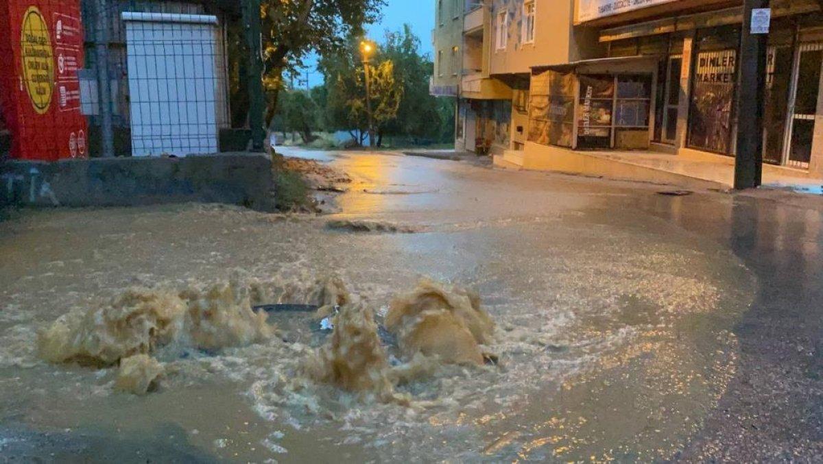 Bursa da sağanak yağış etkili oldu: Ev ve iş yerlerini su bastı  #15