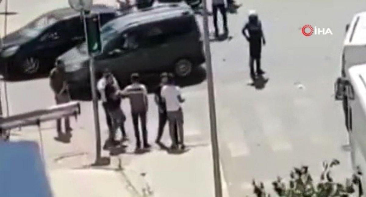 Esenyurt'ta kaza yapan sürücülerin kavgası kamerada  #1
