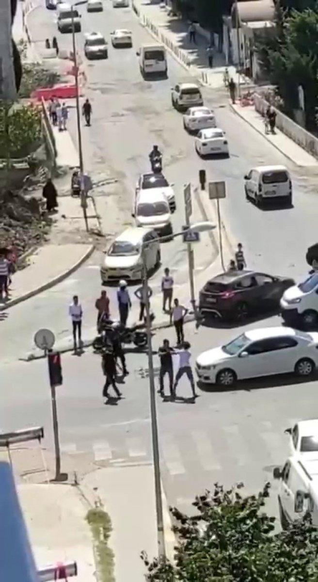 Esenyurt'ta kaza yapan sürücülerin kavgası kamerada  #3