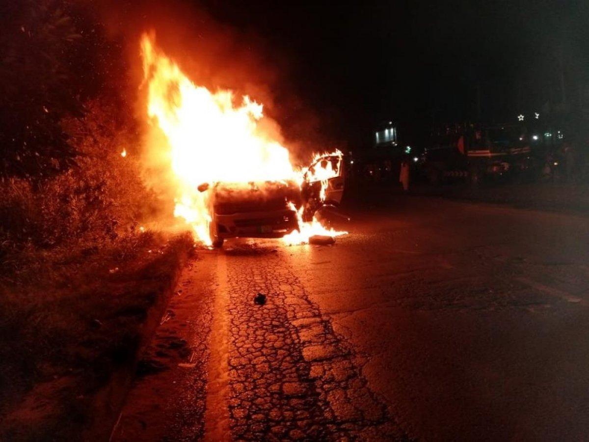 Pakistan'da yolcu minibüsü yandı: 10 ölü #1