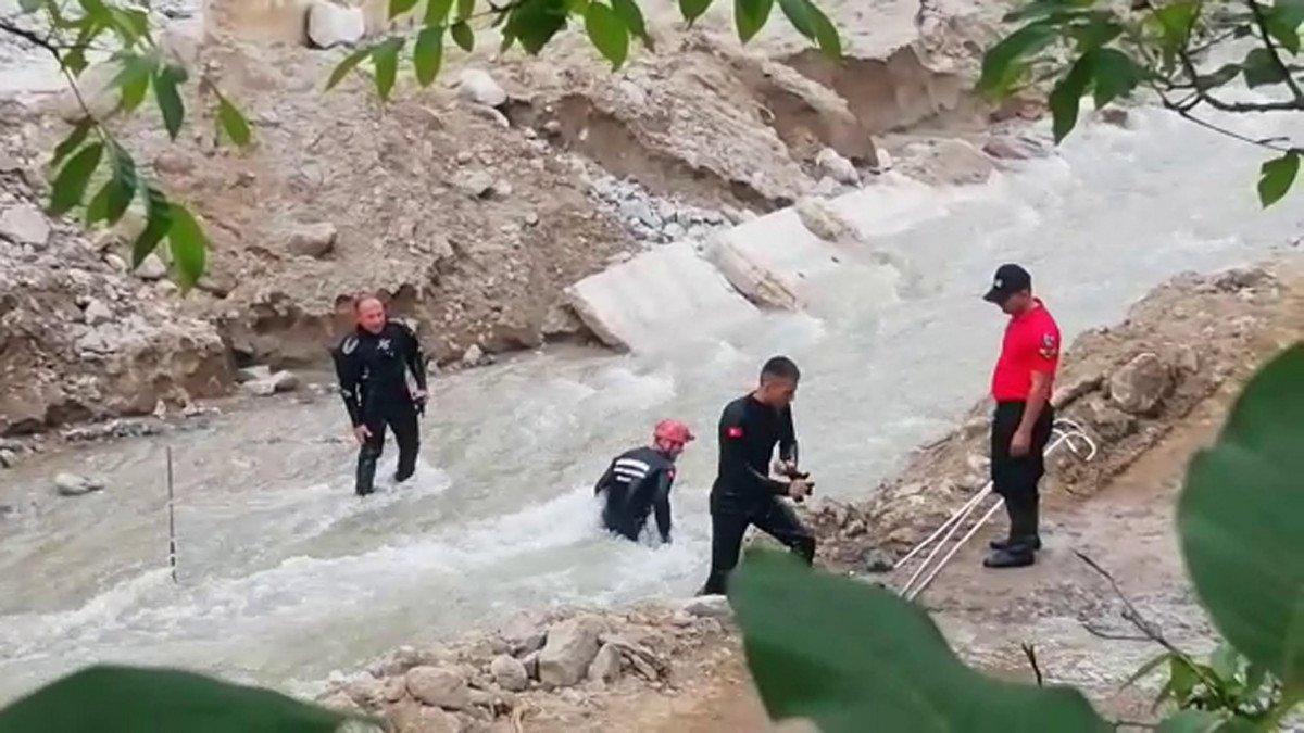 Erzurum'da selde kaybolan işçi, çamura girerek aranıyor #1