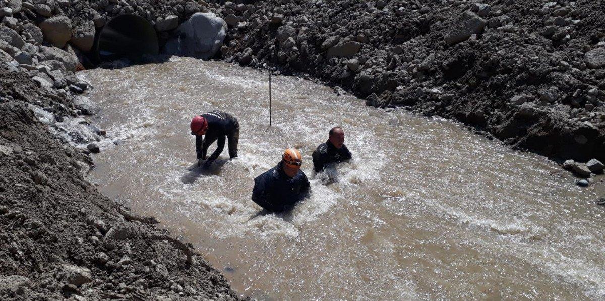 Erzurum'da selde kaybolan işçi, çamura girerek aranıyor #3