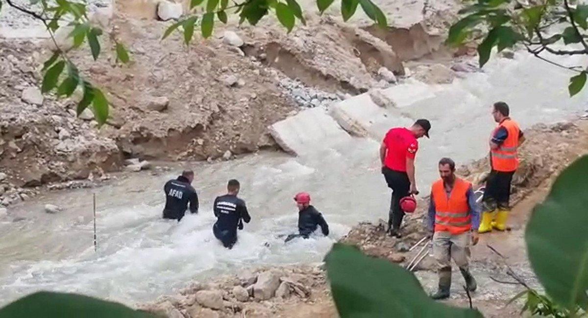 Erzurum'da selde kaybolan işçi, çamura girerek aranıyor #6
