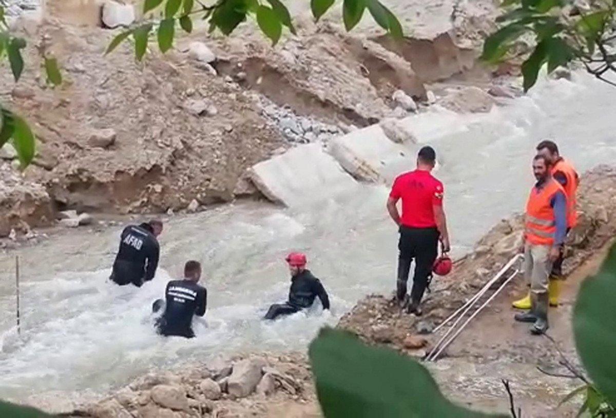 Erzurum'da selde kaybolan işçi, çamura girerek aranıyor #5