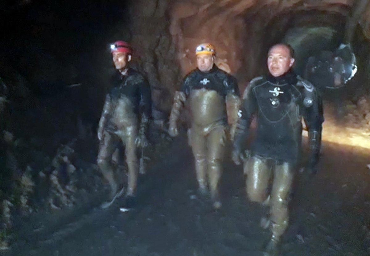 Erzurum'da selde kaybolan işçi, çamura girerek aranıyor #4