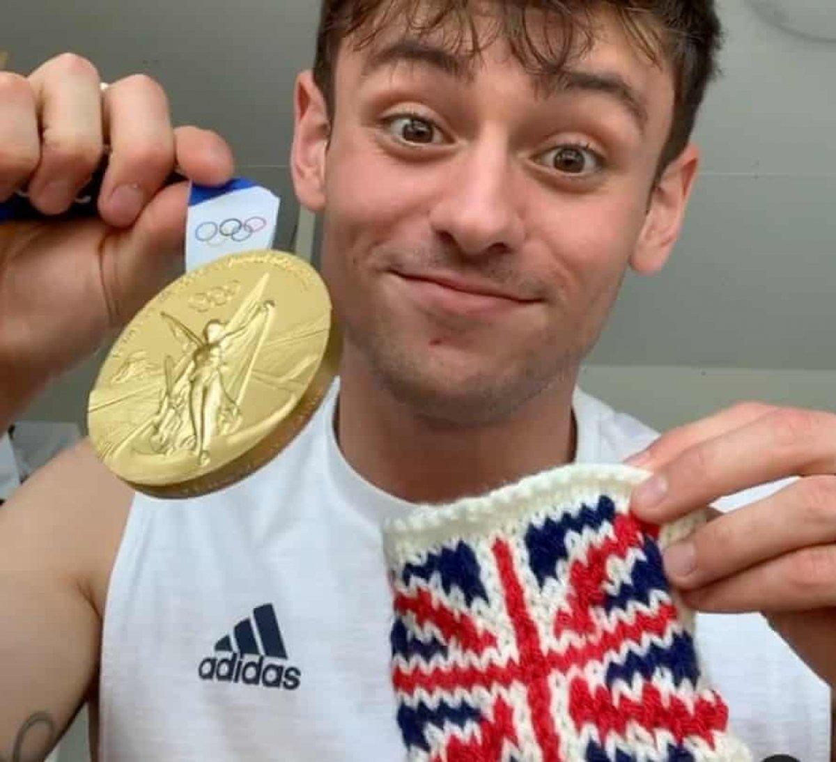 İngiliz sporcu Tom Daley olimpiyatlarda sık sık örgü ördü #2