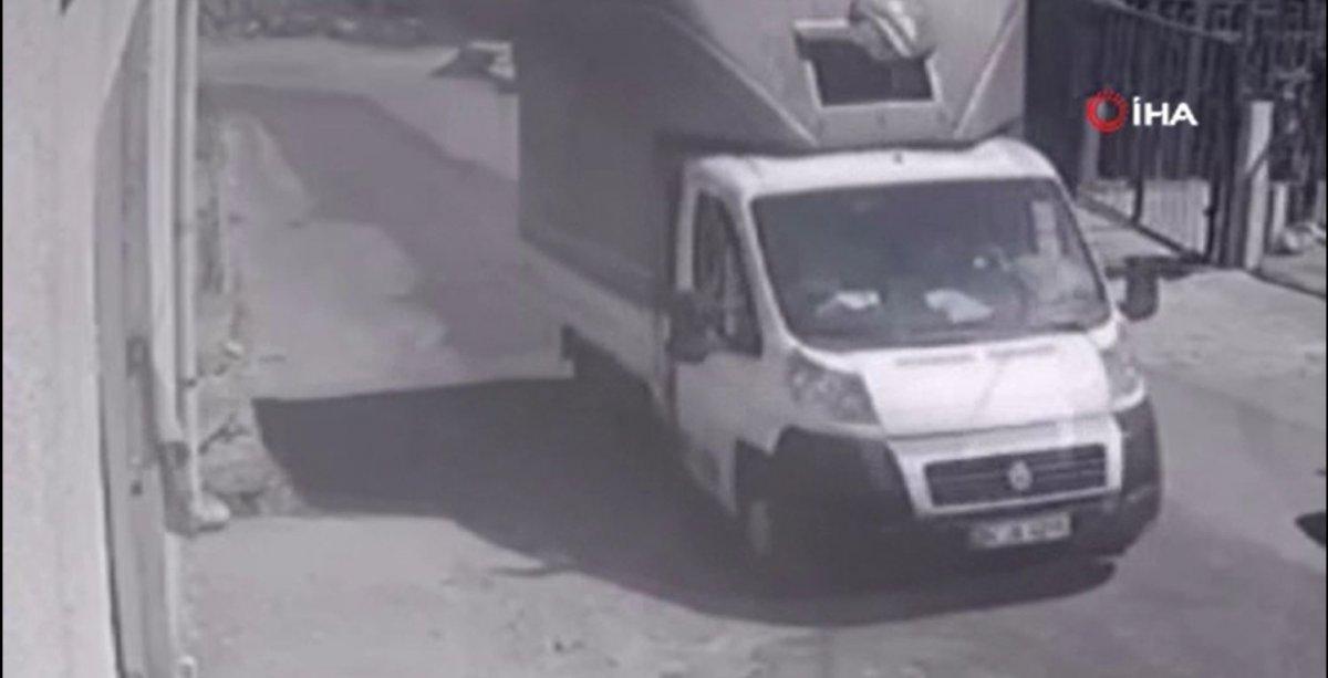 Esenyurt'ta kamyonetin köpeğe çarptığı anlar kamerada  #2