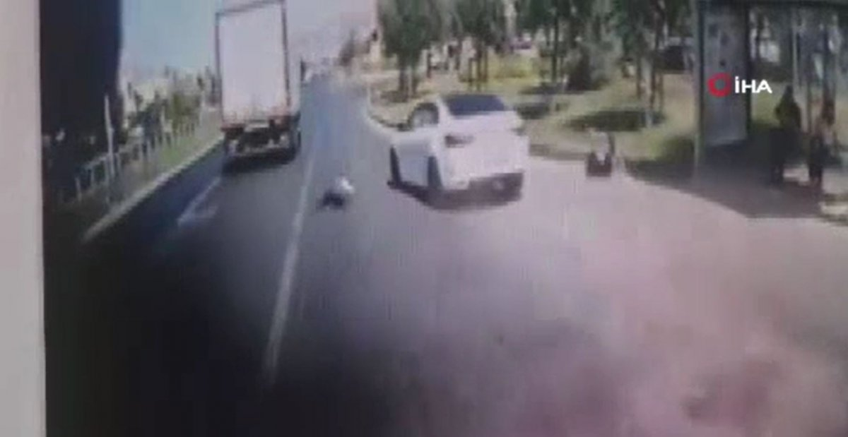 Büyükçekmece'de otobüs durağa tam yanaşmadı, 2 kişiye otomobil çarptı #2