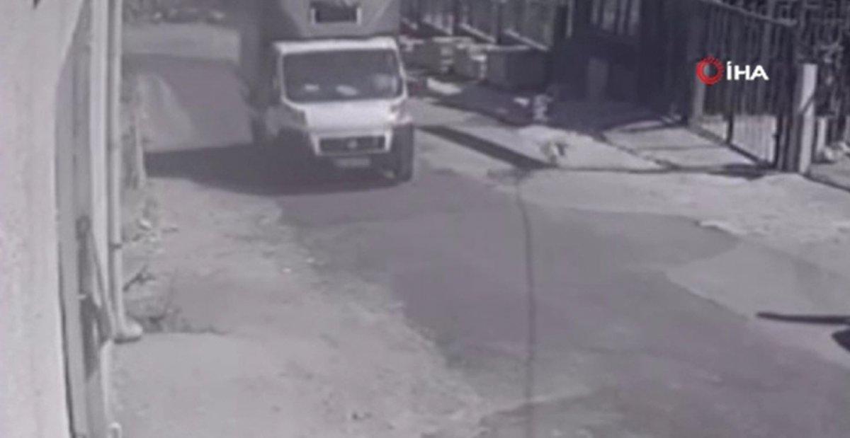 Esenyurt'ta kamyonetin köpeğe çarptığı anlar kamerada  #1