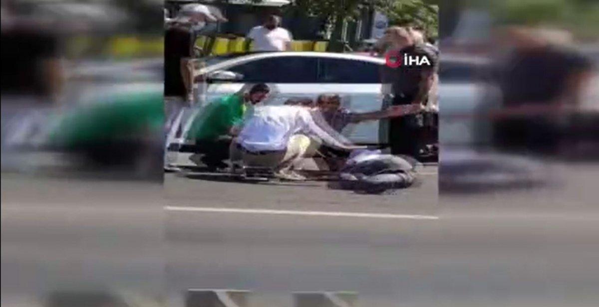 Büyükçekmece'de otobüs durağa tam yanaşmadı, 2 kişiye otomobil çarptı #3