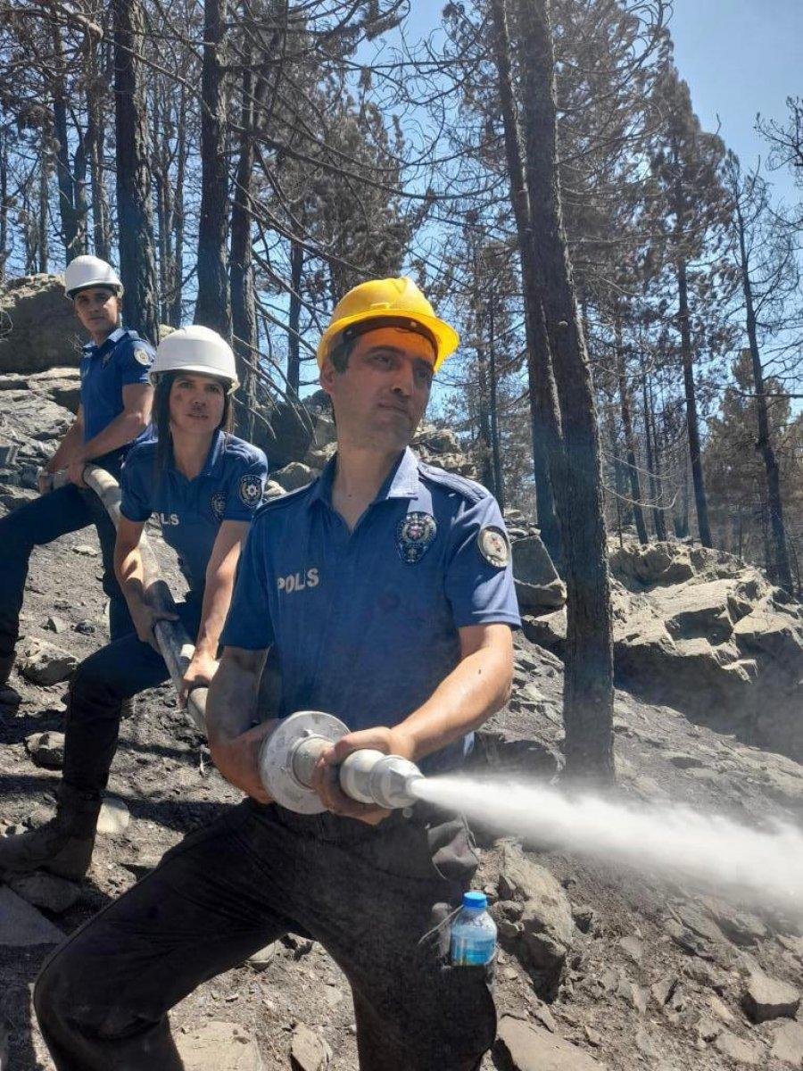 Polis ekipleri, orman yangınlarının meydana geldiği bölgeden ayrılmıyor #2