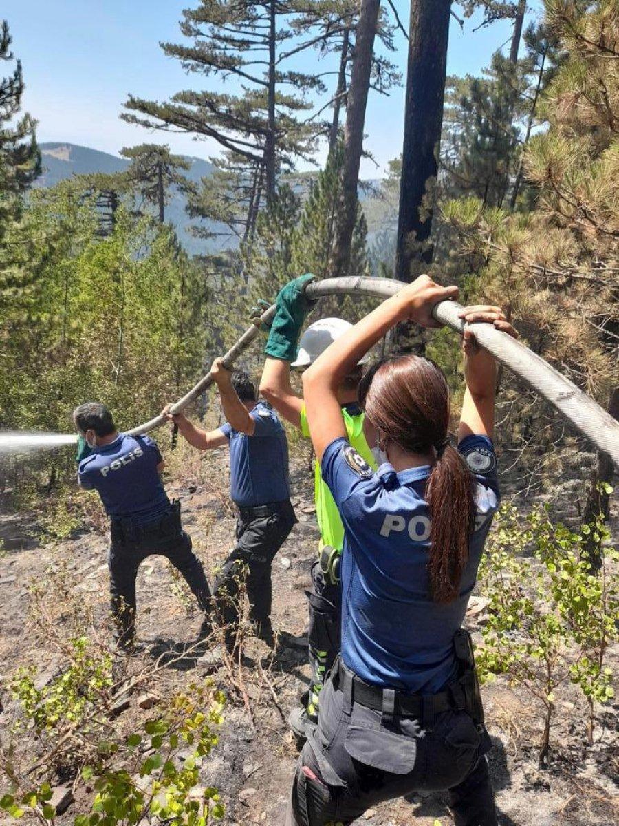 Polis ekipleri, orman yangınlarının meydana geldiği bölgeden ayrılmıyor #3