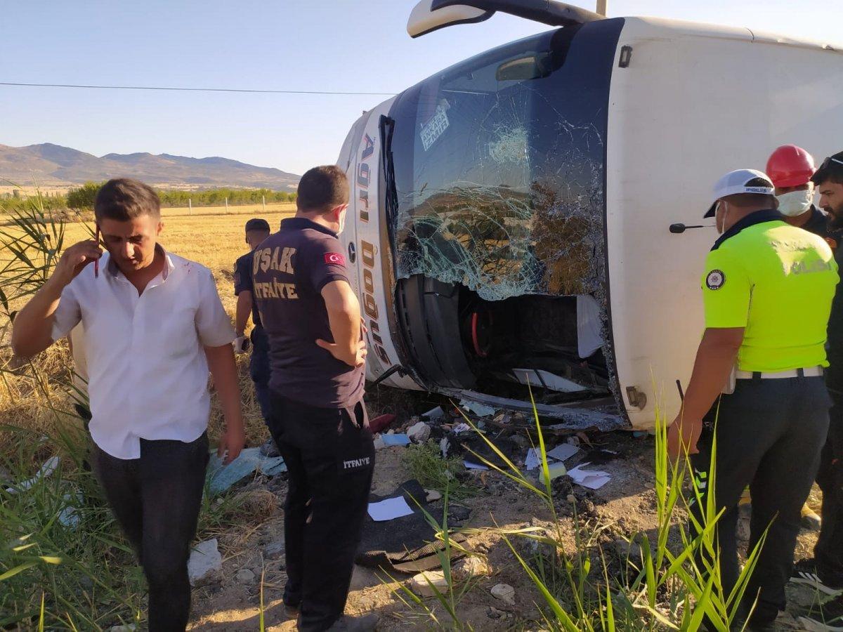 Uşak ta otobüs şarampole yuvarlandı: 30 yaralı #6