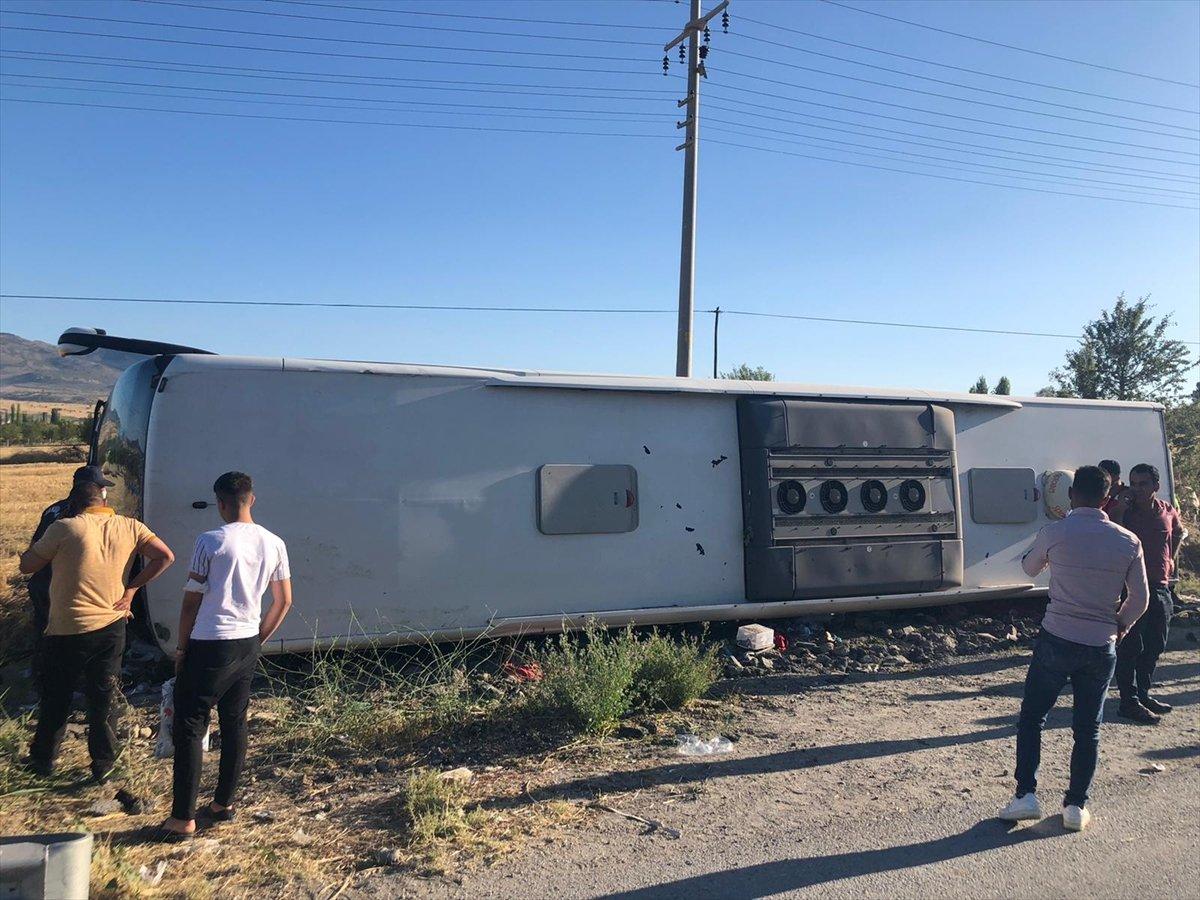Uşak ta otobüs şarampole yuvarlandı: 30 yaralı #4