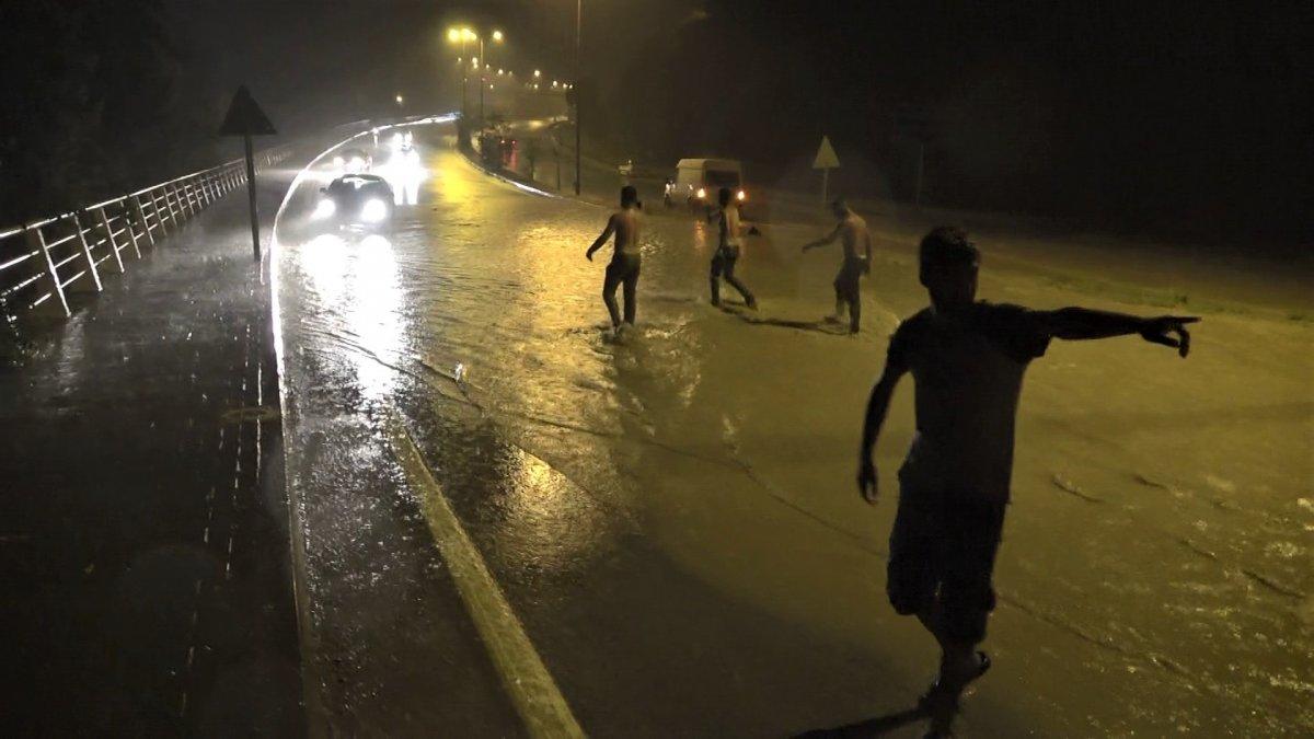 Karabük te sağanak yağışta sokakta suyla oynadılar #3
