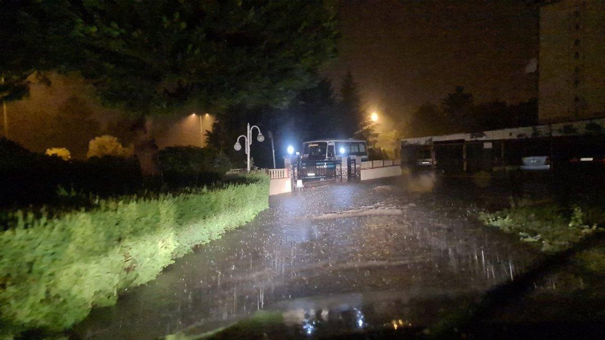 Karabük te sağanak yağışta sokakta suyla oynadılar #2