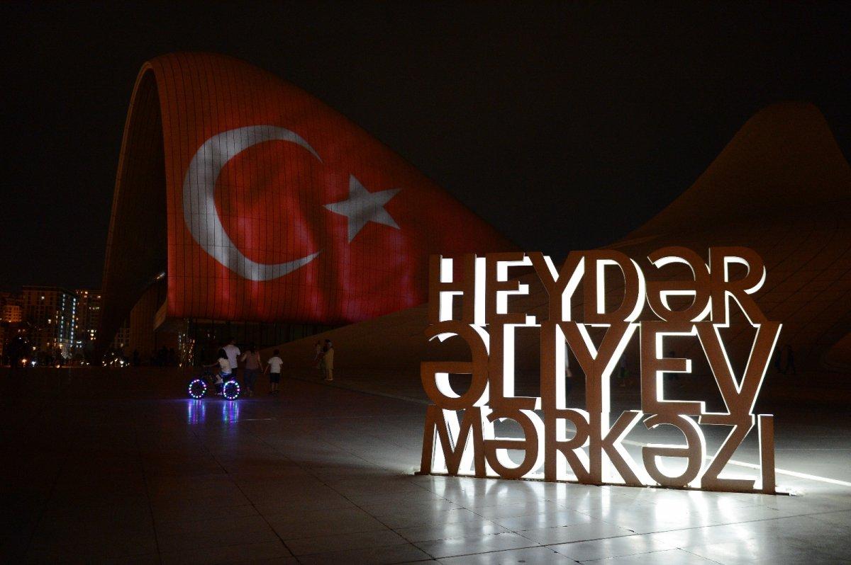 Azerbaycan da Haydar Aliyev Merkezi'ne Türk bayrağı silüeti yansıtıldı #4