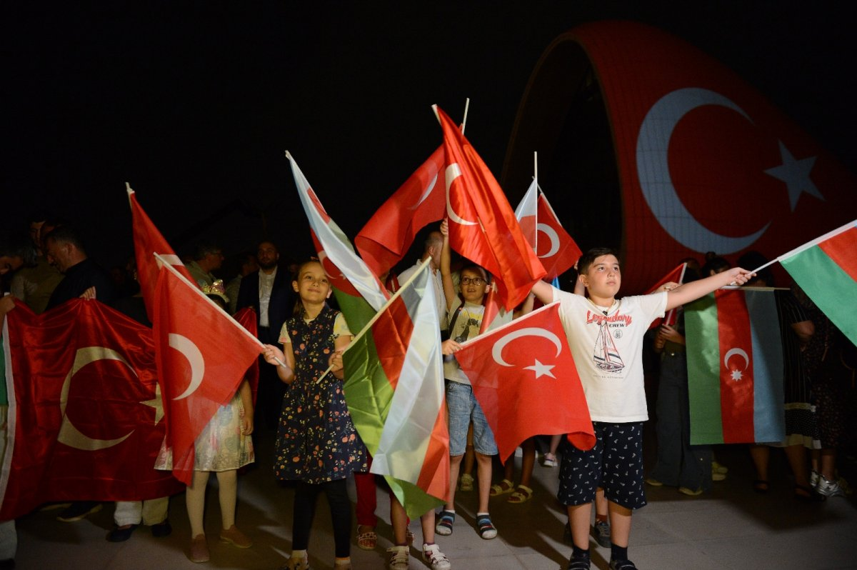 Azerbaycan da Haydar Aliyev Merkezi'ne Türk bayrağı silüeti yansıtıldı #1
