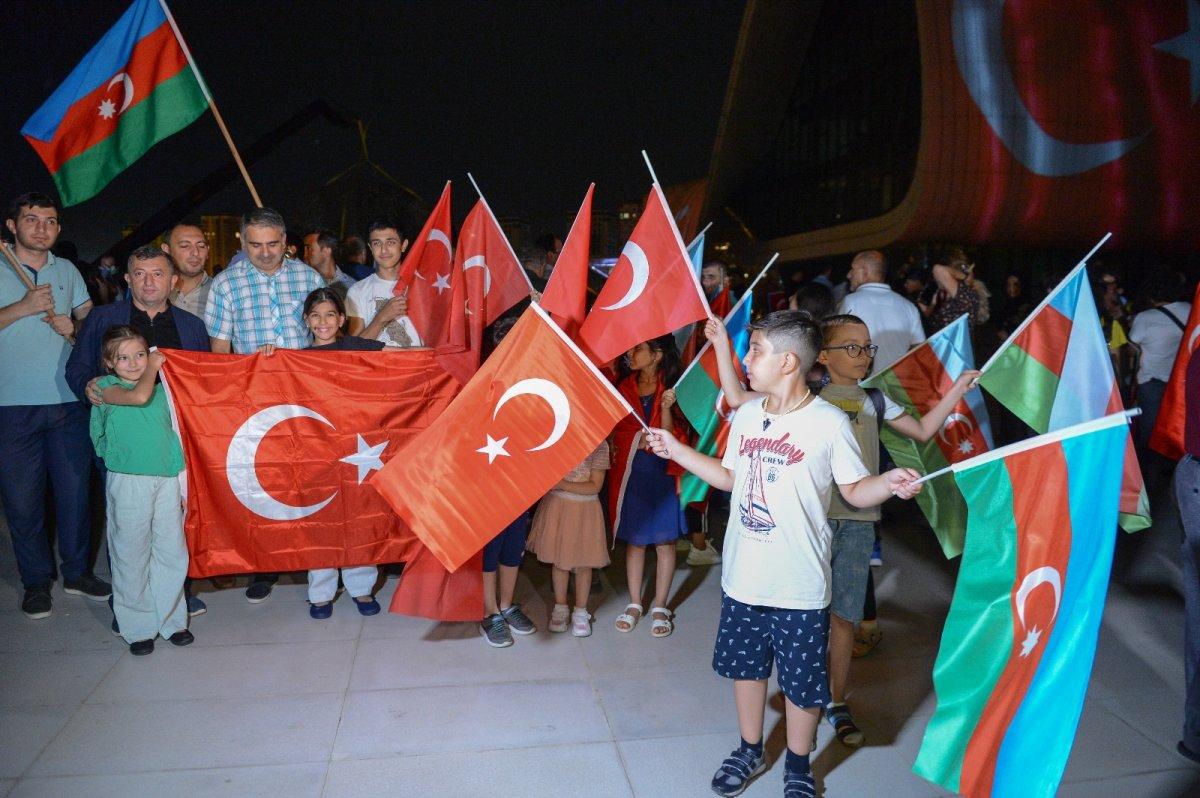 Azerbaycan da Haydar Aliyev Merkezi'ne Türk bayrağı silüeti yansıtıldı #5