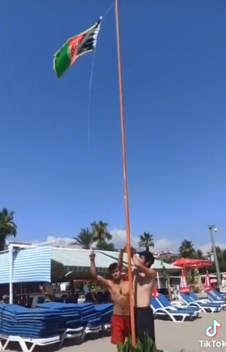 Alanya plajına Afganistan bayrağı diktiler #3