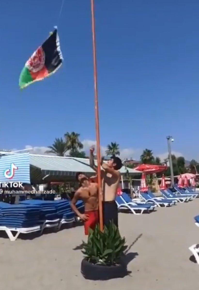 Alanya plajına Afganistan bayrağı diktiler #2
