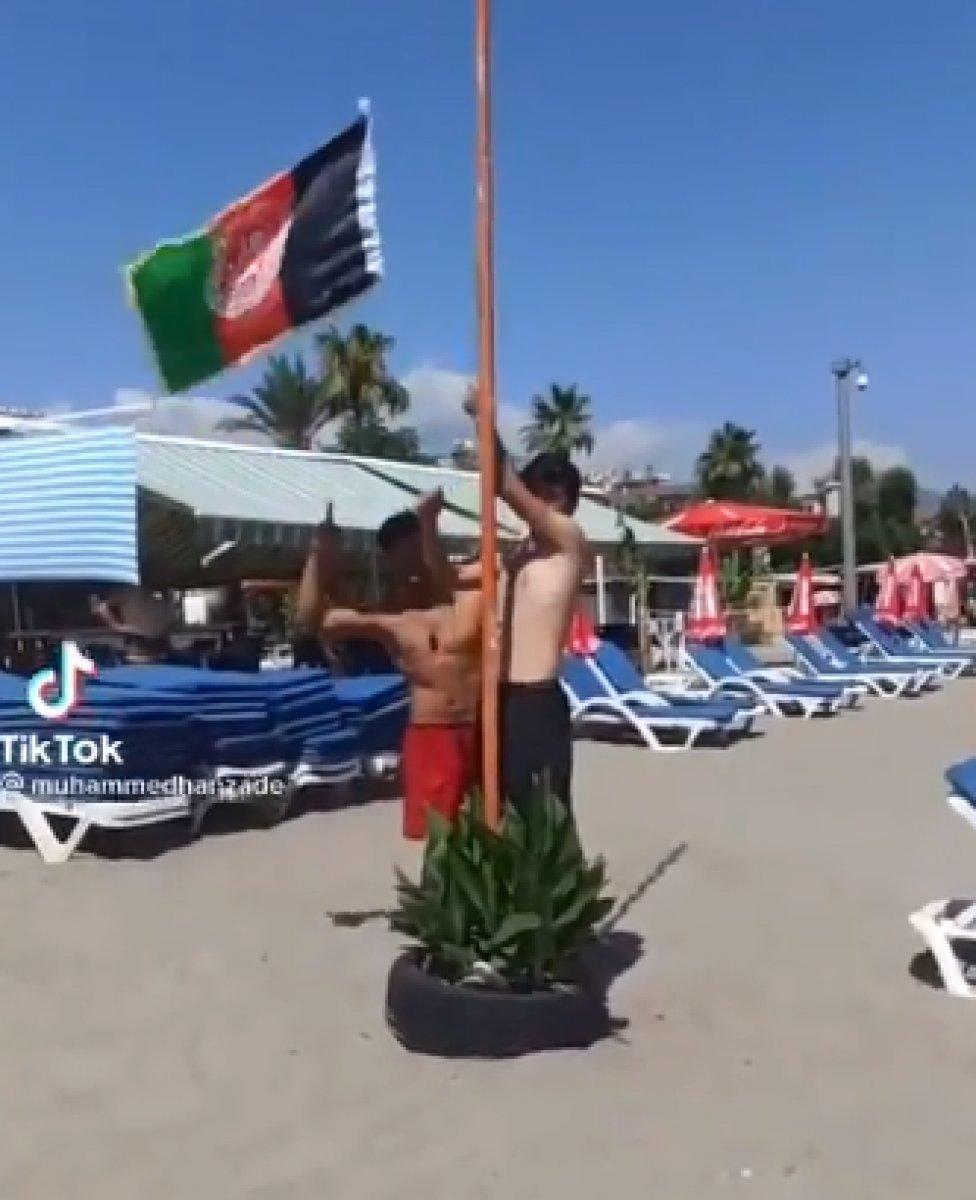 Alanya plajına Afganistan bayrağı diktiler #1
