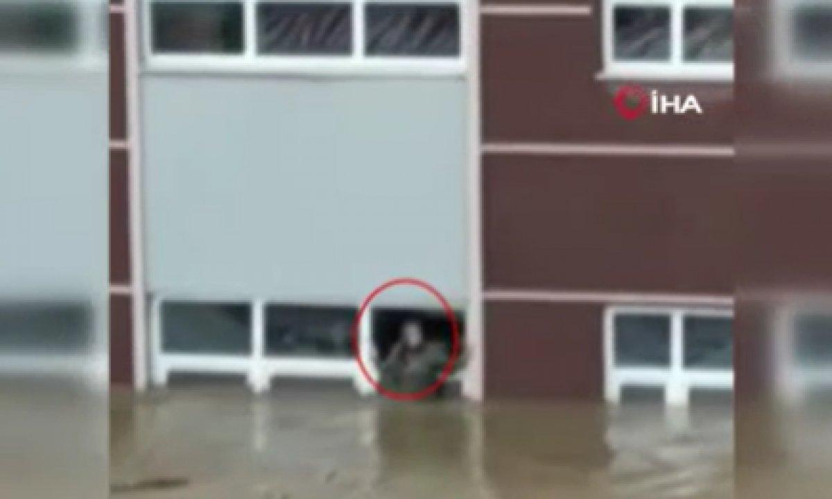Kastamonu'da selde okul camında kurtarılmayı bekledi #1