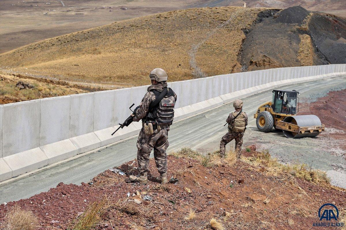 Van ın İran sınırında 69 bin 156 göçmenin kaçak geçişi engellendi #1