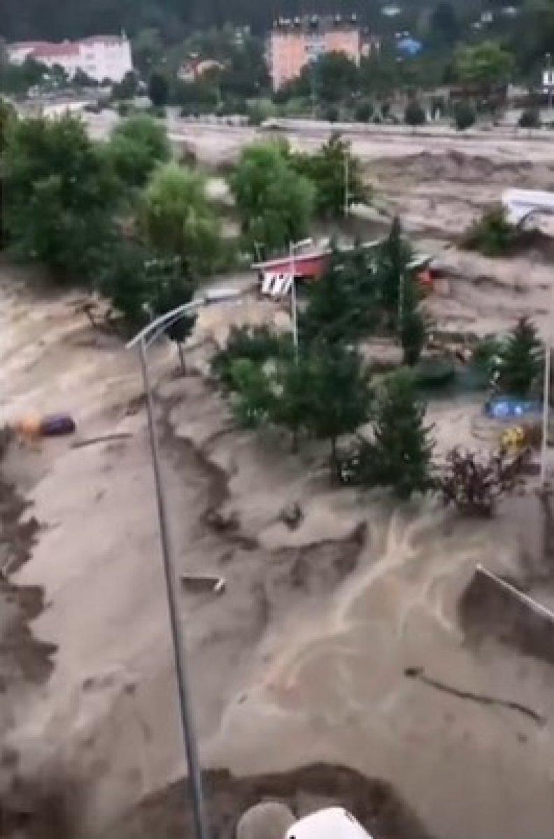Kastamonu da dehşet anları: Sel suları bir kişiyi böyle yuttu #5