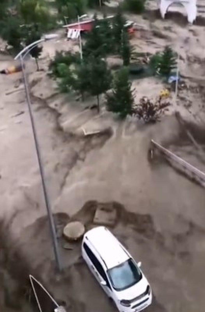 Kastamonu da dehşet anları: Sel suları bir kişiyi böyle yuttu #1