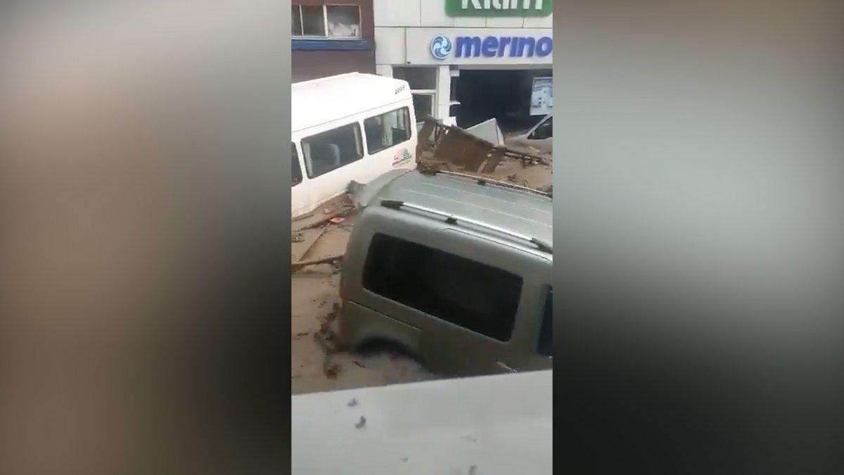 Bozkurt'ta sel ile birlikte sürüklenen araçlar görüntülendi #4