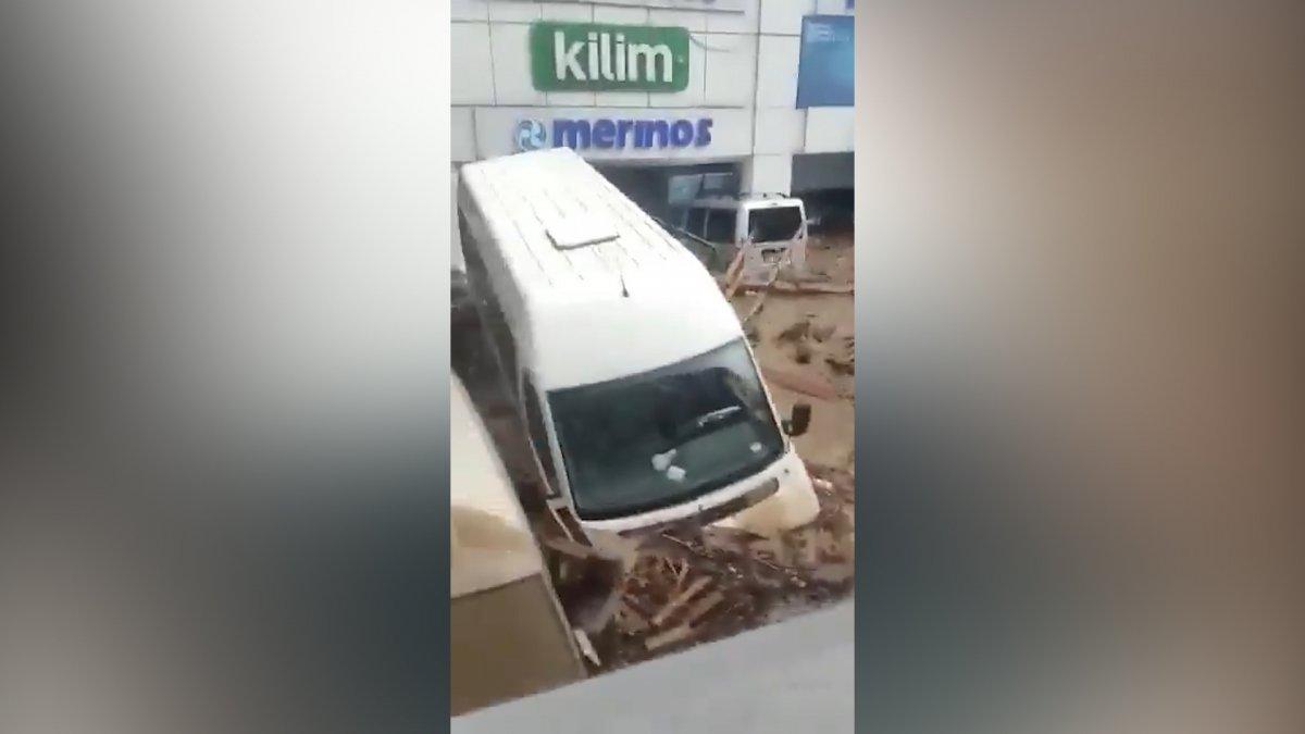 Bozkurt'ta sel ile birlikte sürüklenen araçlar görüntülendi #2