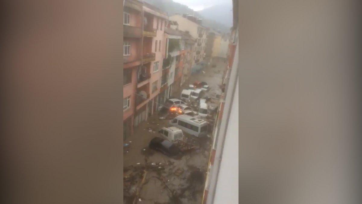 Bozkurt'ta sel ile birlikte sürüklenen araçlar görüntülendi #1