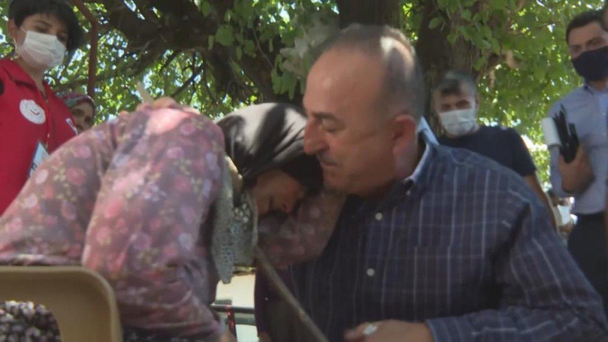 Mevlüt Çavuşoğlu na sarılıp ağlayan yaşlı kadın: Devlet buraya yağmur gibi yağdı #2