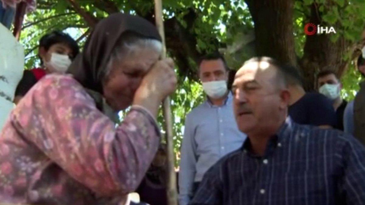 Mevlüt Çavuşoğlu na sarılıp ağlayan yaşlı kadın: Devlet buraya yağmur gibi yağdı #3