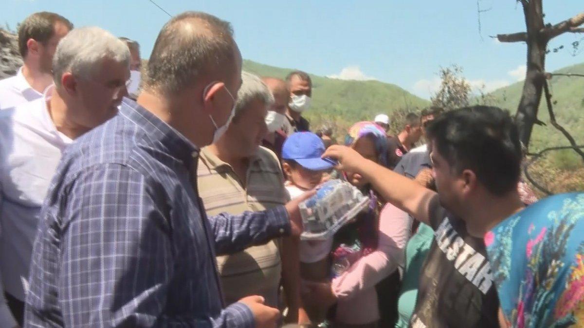 Mevlüt Çavuşoğlu na sarılıp ağlayan yaşlı kadın: Devlet buraya yağmur gibi yağdı #5