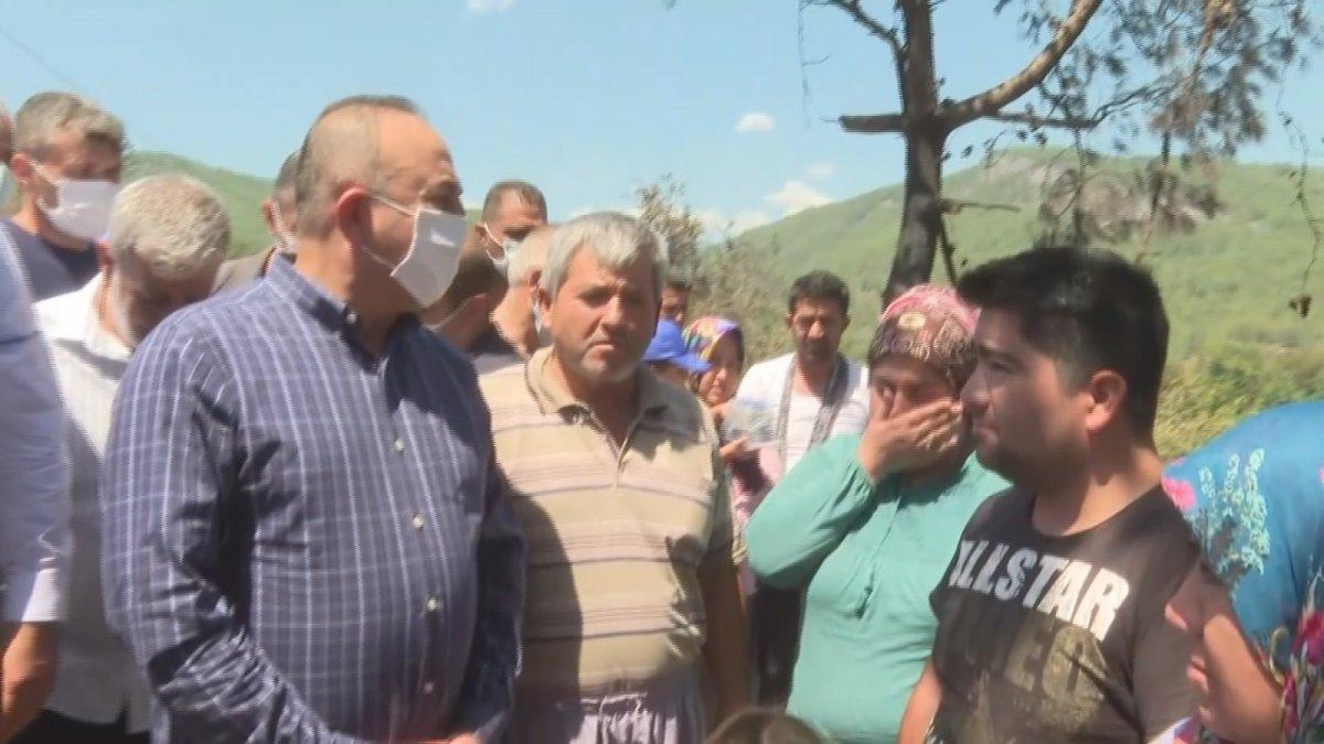 Mevlüt Çavuşoğlu na sarılıp ağlayan yaşlı kadın: Devlet buraya yağmur gibi yağdı #1