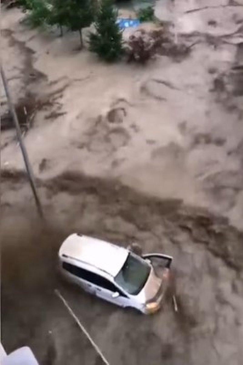 Kastamonu da dehşet anları: Sel suları bir kişiyi böyle yuttu #3