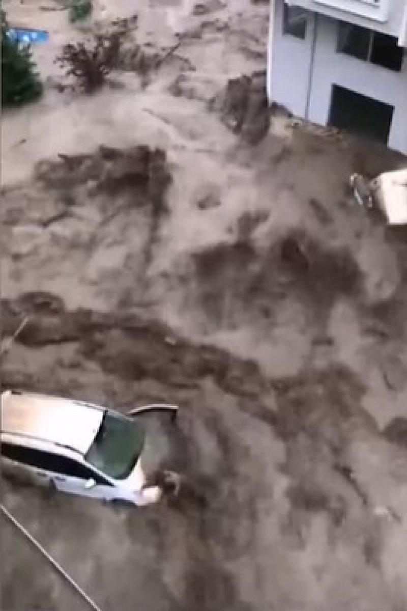 Kastamonu da dehşet anları: Sel suları bir kişiyi böyle yuttu #4