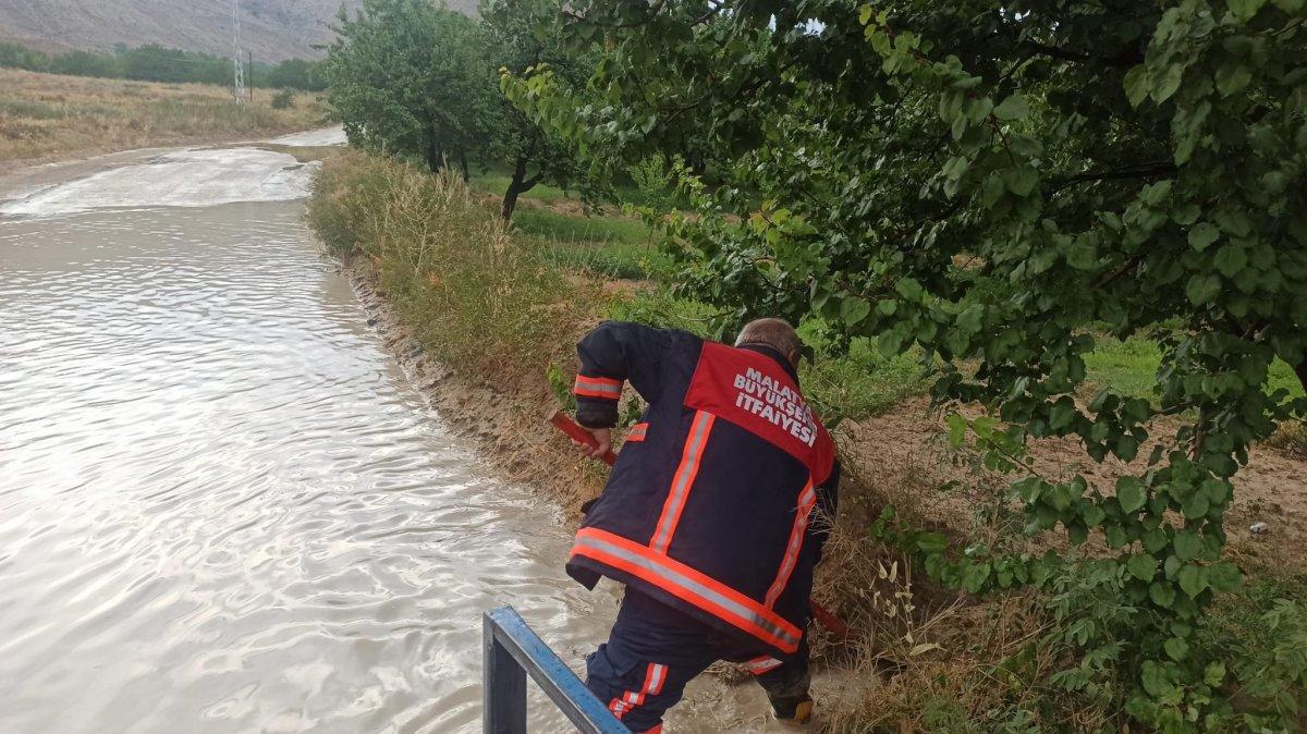 Malatya da sel nedeniyle kapanan yol ulaşıma açıldı #1